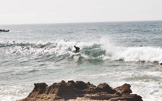 surf en frente de rocas